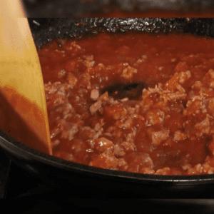 トマトソースを入れて炒める